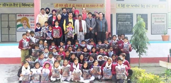 भारत विकास परिषद ने सरकारी स्कूल को दिए स्वेटर