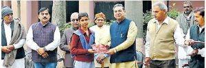 मेधावी विद्यार्थियों को पुरस्कार देकर किया सम्मानित
