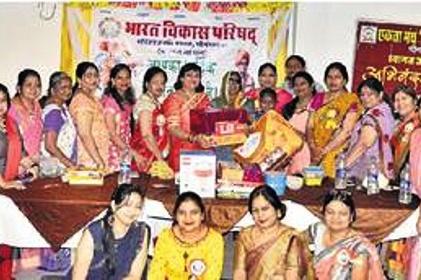 अभावों के बावजूद अपनी संतान काे सफल बनाने में जुटी विमला देवी को किया सम्मानित