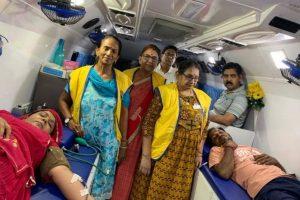 56 महिलाओं और पुरुषों ने स्वेच्छा से रक्तदान किया