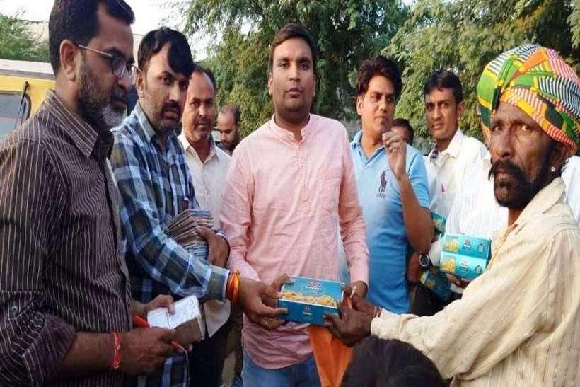 जालोर में दीपावली पर गरीबों के घर बांटी मिठाई