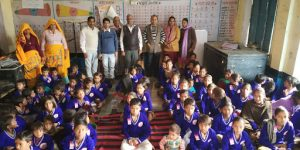 67 विद्यार्थियों को एवं आंगनबाडी के बच्चों को जर्सी का वितरण