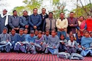 गोद लिए गांव के  स्कूलों में  जरूरतमंद बचों को गर्म स्वेटर जूते और जुराबों का वितरण
