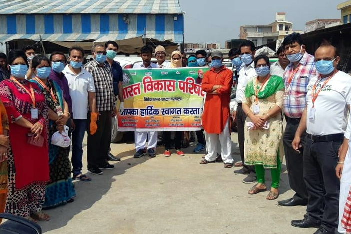 विवेकानंद शाखा बरवाला ने विभिन्न स्थानों पर 2000 मास्क वितरण किए