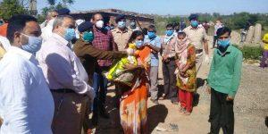 मजदूरों और बस्तियों में रह रहे लोगों को भोजन सामग्रियां वितरत की
