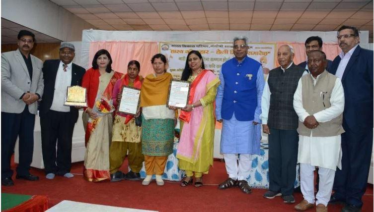 होली मिलन समारोह – तीन महिलाओं को नारी सशक्ति प्रतिभा सम्मान से सम्मानित किया