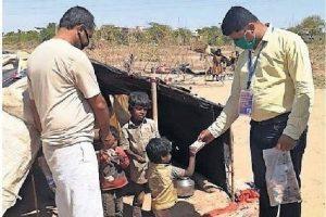 कच्ची बस्तियों में बच्चों के लिए दूध व राशन दिया