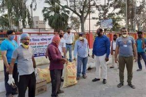 परिषद ने स्थानीय रेलवे स्टेशन पर फंसे मजदूरों के बीच राशन सामग्री का वितरण किया