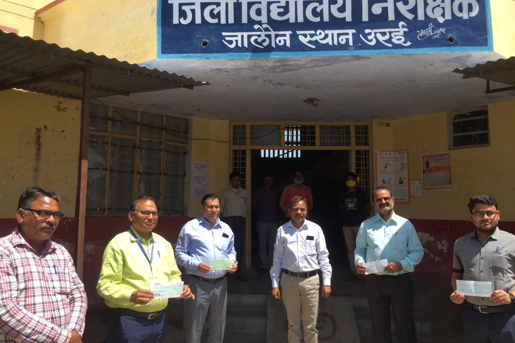 पच्चीस- पच्चीस हजार रुपये की 4 चैके  जिलाधिकारी आपदा निधि में दान दी