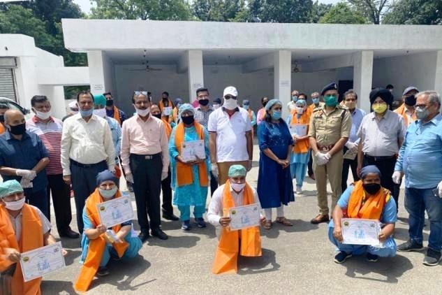 अस्पताल के क्लास फोर कर्मचारियों को सम्मानित करके प्रोत्साहित किया