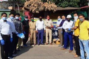 पुलिसकर्मियों और राहगीरों के बीच मास्क, सैनिटाइजर और ग्लब्स का वितरण