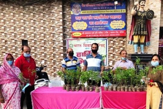 200 तुलसी के पौधे व मास्क वितरित किए गये