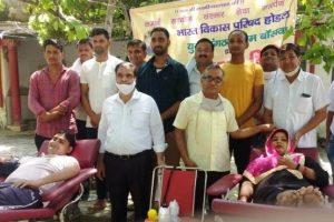 रक्तदान शिविर में ग्रामीण महिला और पुरुषों ने हिस्सा लिया