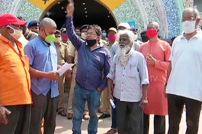 Parishad stages protest demanding restoration of regular train services