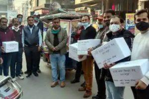 परिषद गरीब वर्ग के लोगों को गर्म वस्त्रों का वितरण कर रहा है