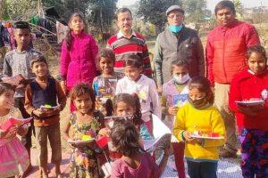 गरीब बस्ती में लगभग 55 बच्चों को पाठय सामग्री एवं खाद्य सामग्री वितरित