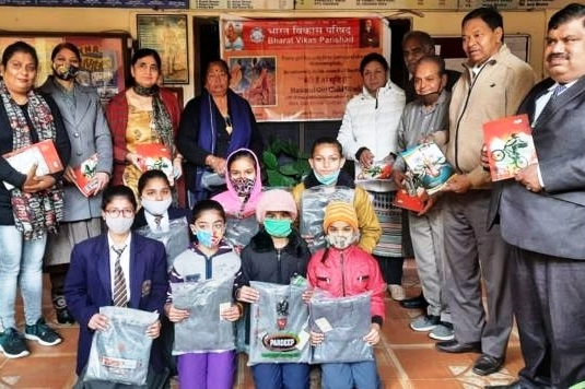 राष्ट्रीय बालिका दिवस के उपलक्ष्य में छात्राओं को स्वेटर एवं स्टेशनरी का सामान दिया
