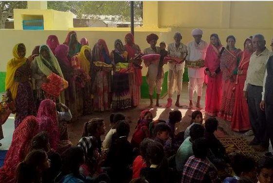 बच्चों को चप्पल व ग्रामीण जनों को कंबल वितरित किए