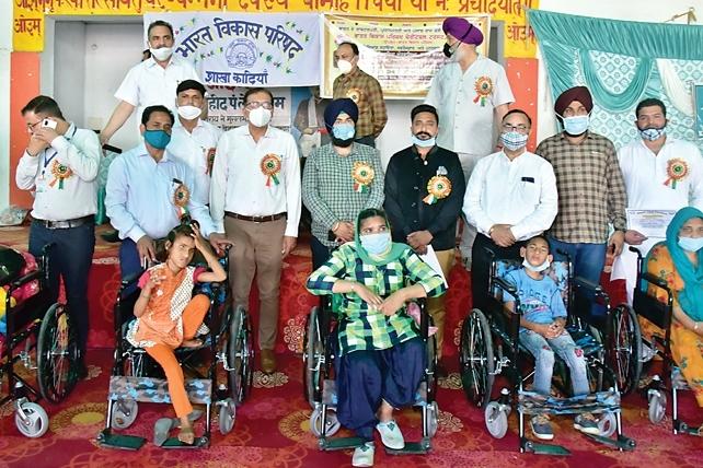दिव्यांग सहायता कैंप में दिव्यांग लोगों को अंग वितरित किए