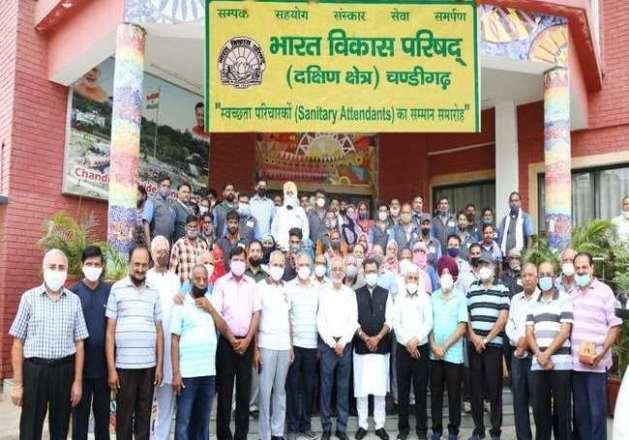 भारत विकास परिषद द्वारा  सफाई कर्मचारियों को बहुमूल्य सेवाओं  के लिए किया गया सम्मानित